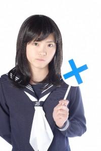 ×の札を持つ女子高生2